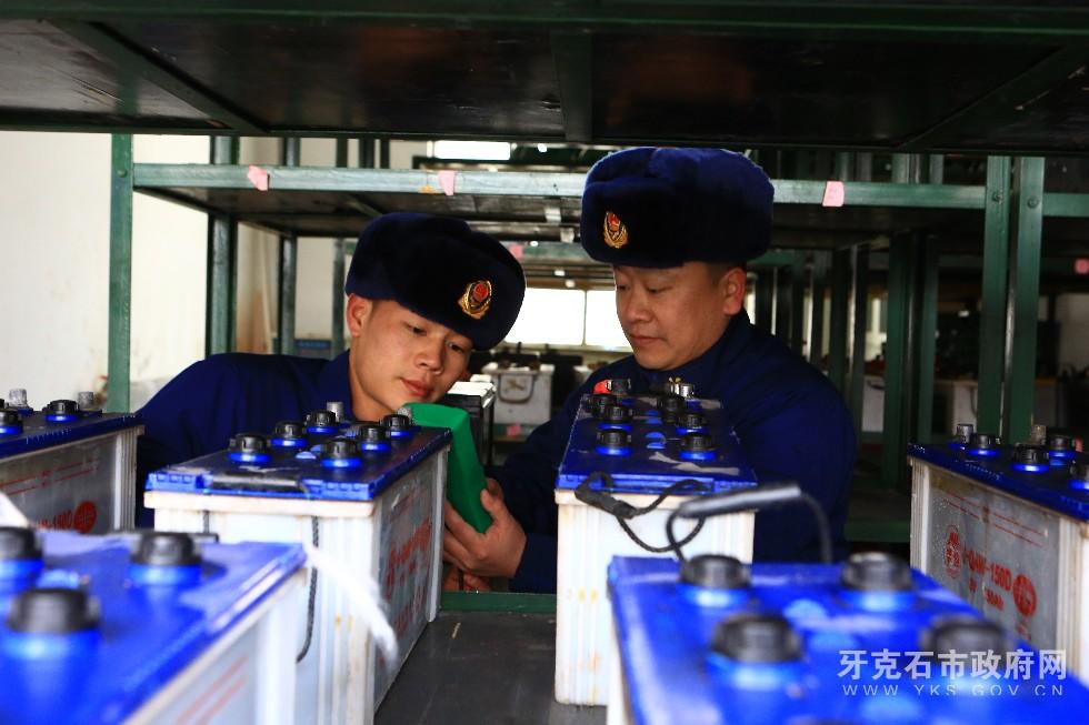 6、3月8日,内蒙古大兴安岭森林消防支队驾驶员利用开展车场日活动时对车辆进行检修和换季保养,使其处于良好的战备状态。.JPG