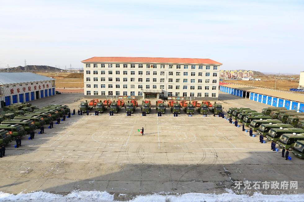 1、3月8日,内蒙古大兴安岭森林消防支队驾驶员利用开展车场日活动时对车辆进行检修和换季保养,使其处于良好的战备状态。.JPG