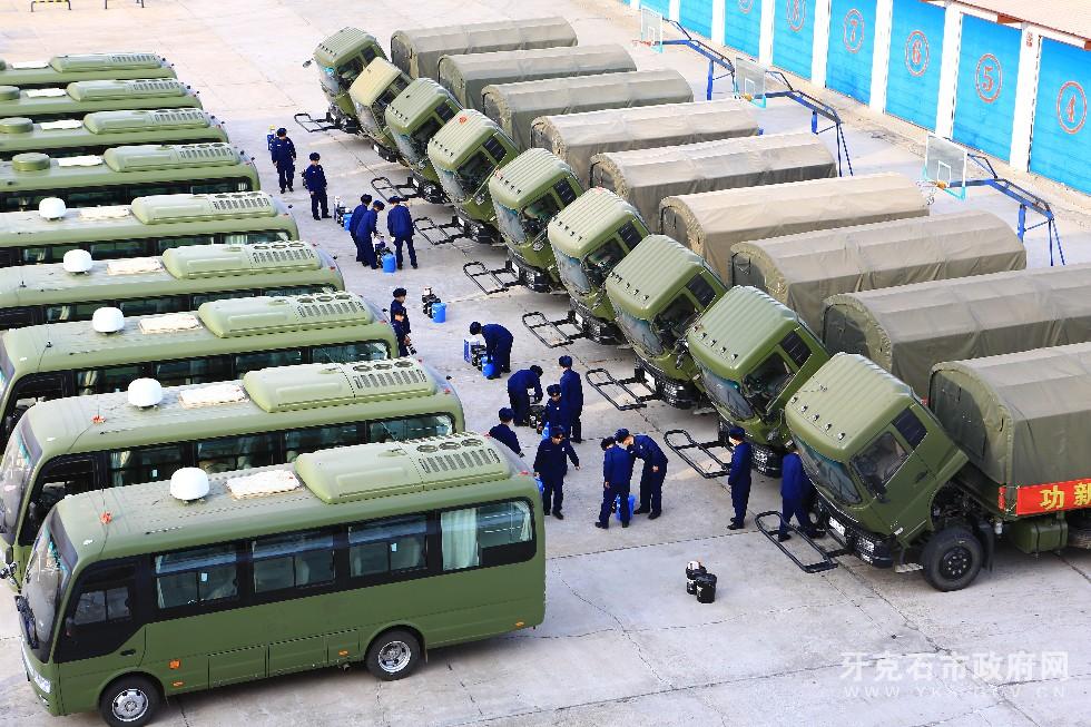 2、3月8日,内蒙古大兴安岭森林消防支队驾驶员利用开展车场日活动时对车辆进行检修和换季保养,使其处于良好的战备状态。.JPG