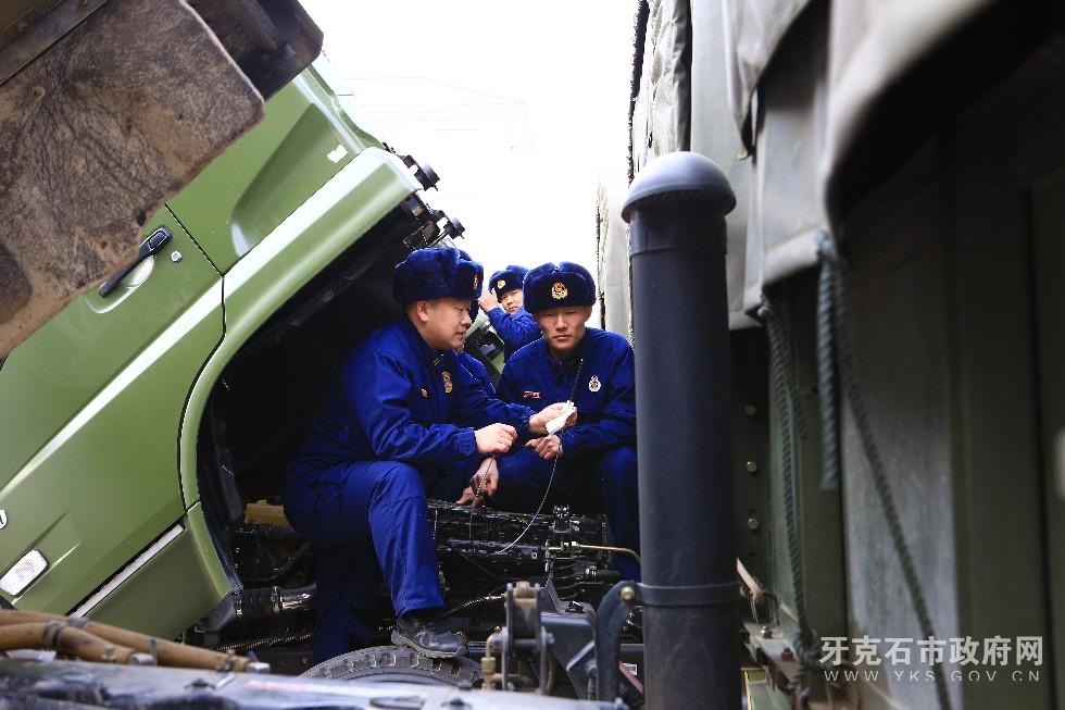 3、3月8日,内蒙古大兴安岭森林消防支队驾驶员利用开展车场日活动时对车辆进行检修和换季保养,使其处于良好的战备状态。.JPG