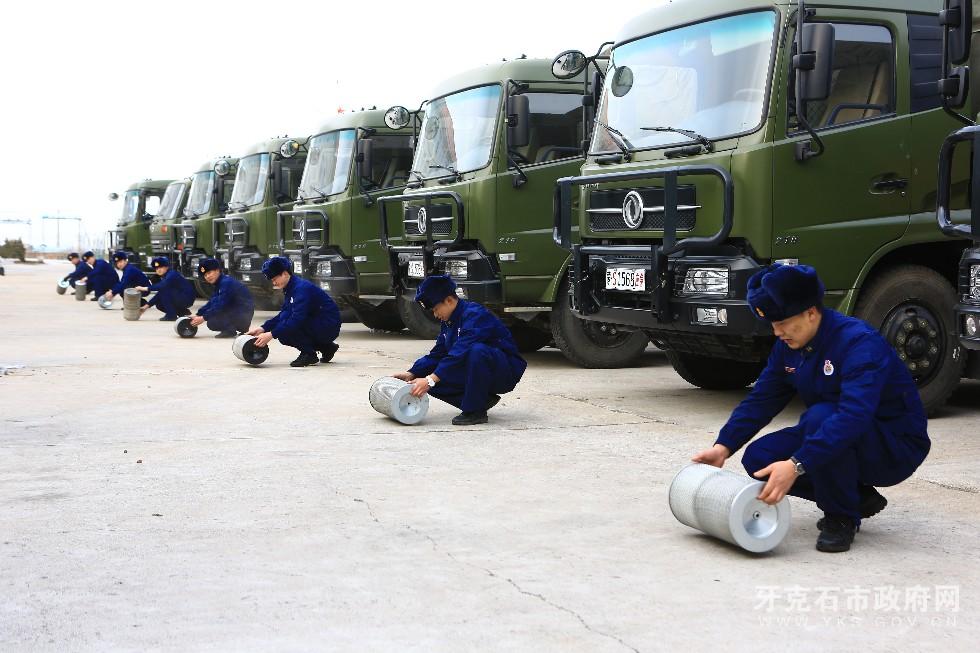 5、3月8日,内蒙古大兴安岭森林消防支队驾驶员利用开展车场日活动时对车辆进行检修和换季保养,使其处于良好的战备状态。.JPG