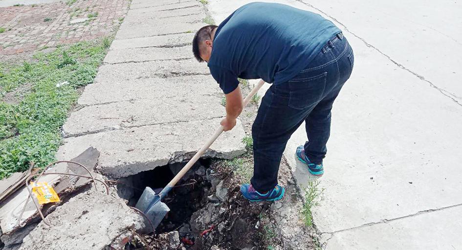 塔尔气镇清理排水沟,保证排水通道系统良好运行